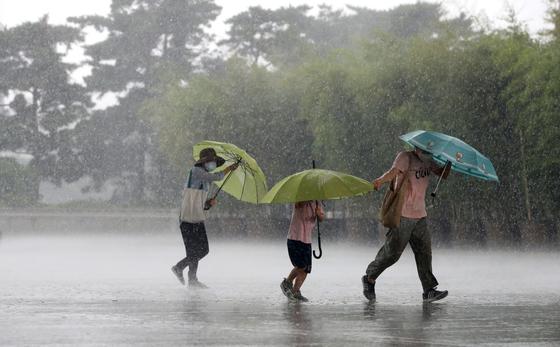 전국 곳곳 흐리고 소나기…돌풍과 천둥·번개 동반