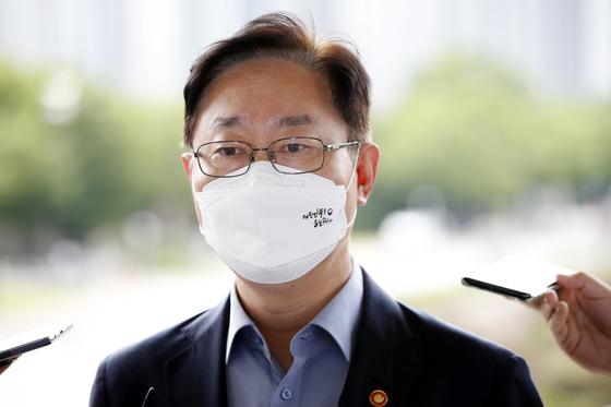 박범계 법무부 장관이 23일 오전 정부과천청사로 출근하며 취재진의 질문에 답하고 있다. 연합뉴스