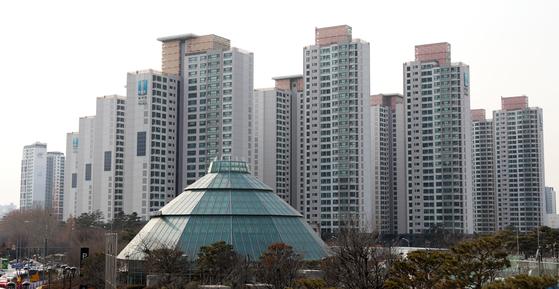 '종부세 2%'가 시행되면 올해 공시가격이 24억6400만원인 서울 서초구 반포동 래미안퍼스티지의 올해 종부세가 1500만원에서 1100만원으로 줄어들 것으로 예상된다. 뉴스1