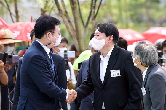 윤석열 전 검찰총장이 송영길 더불어민주당 대표와 악수를 하고 있다. 우상조 기자