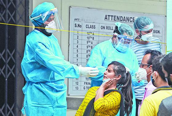 지난달 12일 인도 북서부 잠무에서 시민들이 코로나19 검사를 받고 있다. [AP=연합뉴스]