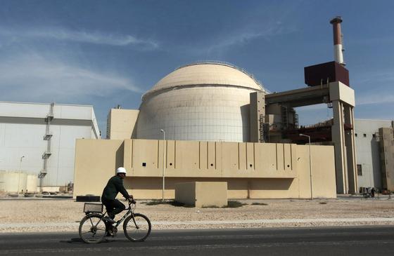 이란의 부셰르 원전. 핵 프로그램을 가동한 것으로 의심 받는 시설이다. AP=연합뉴스F