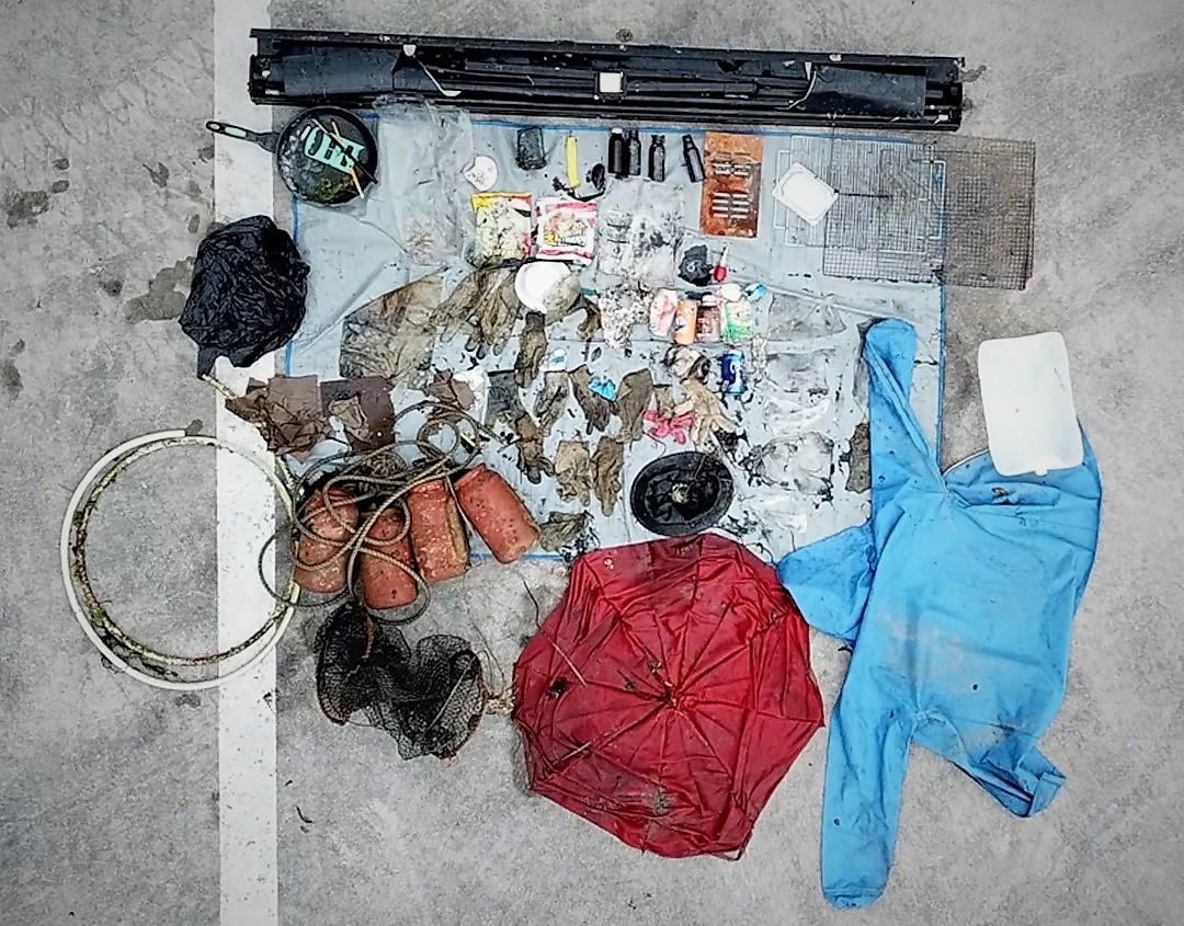 경남 통영시 앞바다에서 건져 올린 플라스틱 쓰레기들을 바닥에 펼쳤다. 왕준열PD