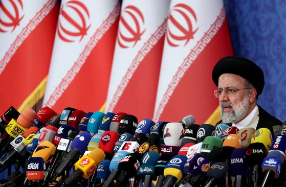지난 18일 이란 대선에서 당선한 에브라힘 라이시가 21일 테헤란에서 내외신 기자회견에 참석하고 있다. UPI=연합뉴스