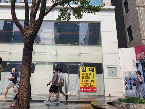 강남역 인근 강남대로변의 한 매장. 지하 1층부터 2층까지 세 임차인을 구하고 있다. 함종선 기자