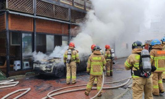 지난 18일 충남 보령시 신흡동의 한 숙박시설 앞에서 주차된 코나EV가 화재로 전소됐다. [사진 보령소방서]