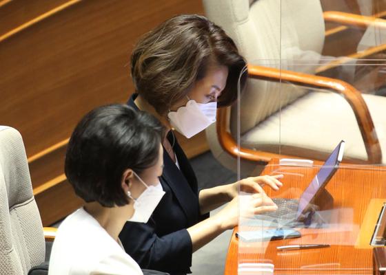 더불어민주당에서 제명된 양이원영 의원이 지난 22일 오후 서울 여의도 국회에서 열린 제388회국회(임시회) 제3차 본회의에서 참석해 있다. 오종택 기자