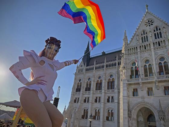 14일 헝가리 의회 앞에서 성소수자를 상징하는 무지개 깃발을 들고 차별 반대를 주장하고 있다. AP=연합뉴스
