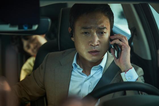 첫 스크린 주연작 '발신제한'(23일 개봉)에서 조우진은 아이들을 태우고 출근하던 중 자신의 차에 폭탄이 설치돼있다는 전화를 받게 되는 아빠이자 은행센터장 성규를 연기했다. [사진 CJ ENM]