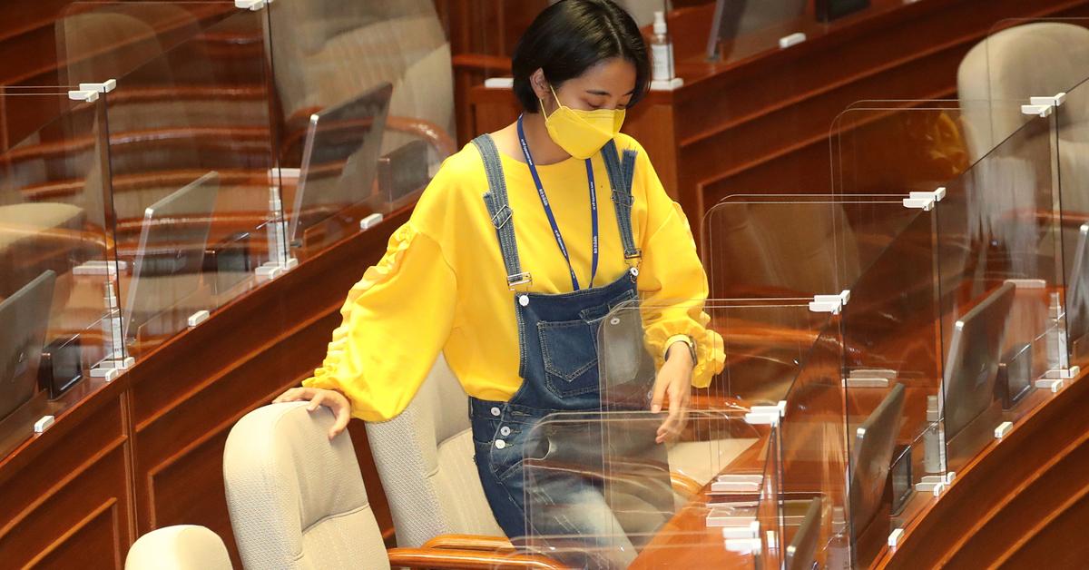 류호정 정의당 의원이 23일 서울 여의도 국회에서 열린 본회의에 참석하고 있다. 연합뉴스