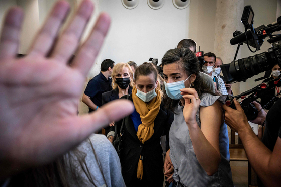지난 21일 노란색 스카프를 매고 법정에 출석한 발레리 바코. AFP=연합뉴스
