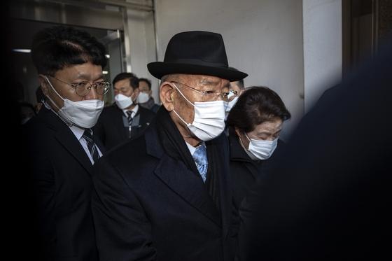 전두환 전 대통령이 지난해 11월30일 광주지법을 나서고 있다.  뉴스1