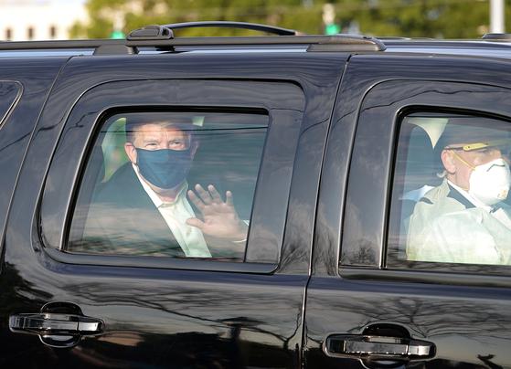 트럼프 대통령이 지난해 10월 입원 중인 월터리드 군병원 앞에 모인 지지자들에게 인사하기 위해 비밀경호국 요원이 운전하는 차량을 타고 외출을 해서 논란에 휩싸였다. [AFP=연합뉴스]