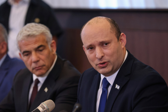 〈YONHAP PHOTO-5115〉 Israeli Prime Minister Naftali Bennett sits next to alternate Prime Minister and Foreign Minister Yair Lapid as he speaks during the first weekly cabinet meeting of his new government in Jerusalem June 20, 2021. Emmanuel Dunand/Pool via REUTERS/2021-06-20 18:42:27/ 〈저작권자 ⓒ 1980-2021 ㈜연합뉴스. 무단 전재 재배포 금지.〉