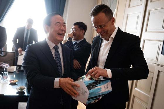 헝가리를 방문 중인 전영현(왼쪽) 삼성SDI 사장이 페테르 시야르토 헝가리 외무장관으로부터 유로 2020 공인구를 선물 받고 웃음을 짓고 있다. [사진 페트로 시야르토 페이스북]