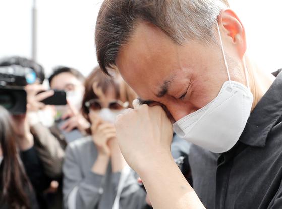 故 손정민씨의 아버지 손현씨가 어버이날인 지난달 8일 오후 서울 서초구 반포한강공원 택시승강장 앞에서 차종욱 민간구조사를 만난 후 눈물을 흘리고 있다. 뉴스1