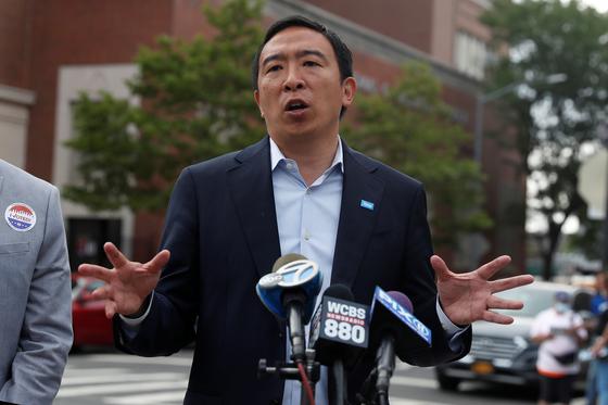 22일(현지시간) 뉴욕 브루클린 인근 코블힐 투표소 근처에서 민주당 예비후보였던 앤드루 양이 기자들과 대화하고 있다. 그는 이날 득표율이 4위에 머물자 패배를 인정하고 중도 하차를 선언했다. [로이터=연합]
