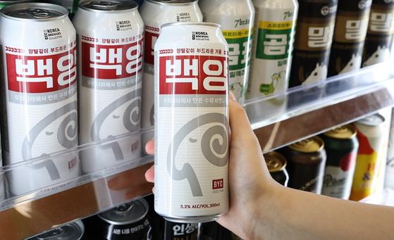 CU 편의점 맥주 코너에 백양곰표, 말표 등 동물 캐릭터 맥주가 진열되어 있다. 사진 BGF리테일