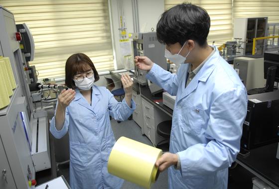 코오롱인더스트리의 연구원들이 아라미드 섬유인 헤라크론을 살펴보고 있다. [사진 코오롱인더스트리]