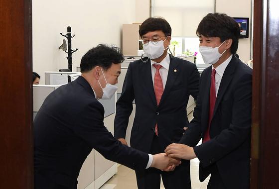 국민의힘 이준석 당 대표가 24일 오전 국회에서 김오수 검찰총장 접견을 마친 뒤 배웅하고 있다. 연합뉴스