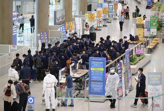 23일 오전 영종도 인천국제공항을 통해 입국한 외국인들이 이동하고 있다. 연합뉴스