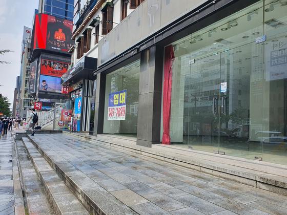 유동인구가 많은 강남역 극장 옆의 한 상가에 통신사 간판이 떼어진 채 비어 있다. 함종선 기자