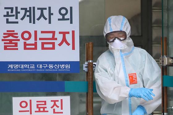 지난해 8월 대구 동산병원 의료진의 고글에 김이 서려 눈을 제대로 뜨지 못하고 있다. 뉴스1