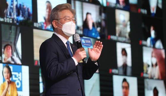 지난 22일 서울 여의도 글래드호텔에서 이재명 경기지사 지지자 15만여명이 발기인으로 참여하는 '공명포럼' 출범식이 열린 가운데 이 지사가 기조연설을 하고 있다. 오종택 기자