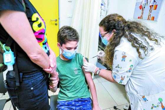 이스라엘 어린이가 백신을 맞고 있다. [AFP=연합뉴스]