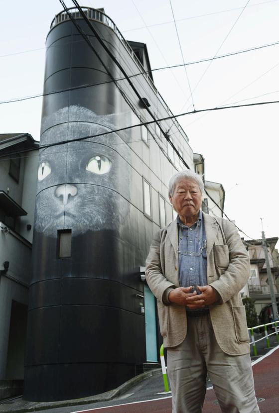일본 탐사 저널리스트 다치바나 다카시가 생전에 '고양이 빌딩' 앞에서 찍은 사진. [연합뉴스]