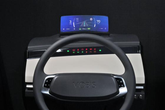 현대모비스가 세계 최초로 개발한 '클러스터리스 HUD'를 적용한 운전석. 속도 등을 표시하는 계기반을 없애고 HUD에 표시했다. 실제 차에 적용하면 기존 계기반 영역(하얀색 부분) 을 줄여 운전자 공간을 더 확보할 수 있다. 사진 현대모비스