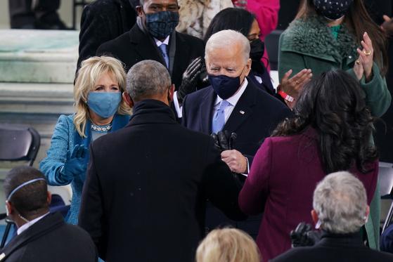 지난 1월 20일 미 의회에서 열린 조 바이든 미국 대통령 취임식에서 바이든 대통령 부부가 버락 오바마 전 대통령 부부와 인사를 나누고 있다. [AFP=연합뉴스]