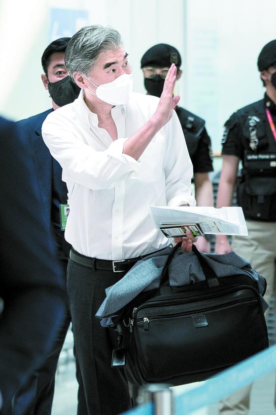 성 김 미국 대북특별대표가 23일 인천국제공항을 통해 출국하며 인사하고 있다. [뉴스1]