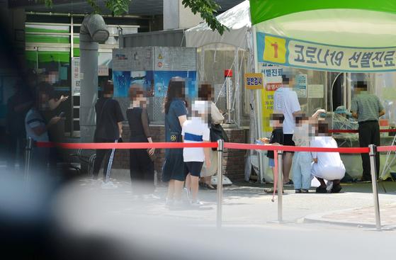 대전의 한 보건소에 마련된 신종 코로나바이러스 감염증(코로나19) 선별진료소을 찾은 시민들이 의료진에게 검사를 받기 위해 차례를 기다리고 있다. [프리랜서 김성태]