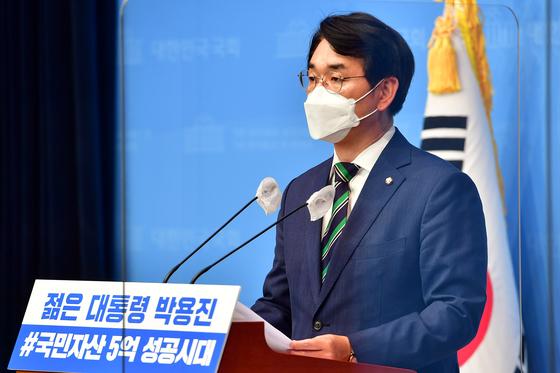 대선 출마를 선언한 박용진 더불어민주당 의원이 지난 10일 오전 국회 소통관에서 정책 관련 기자회견을 하고 있다. 오종택 기자