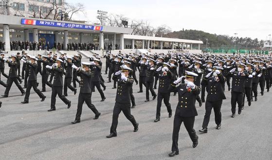 지난 2월26일 경남 창원시 진해구 해군사관학교에서 열린 제79기 사관생도 입교식에서 생도가 분열하고 있다. 해군 제공. 연합뉴스
