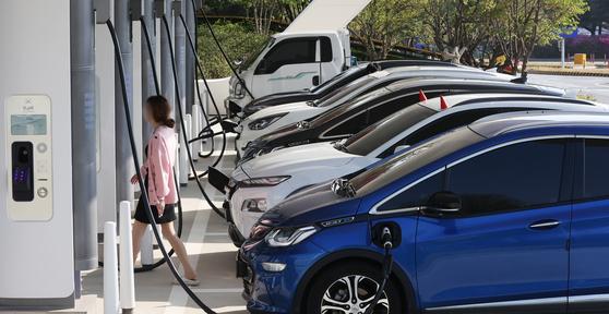 지난 4월 경부고속도로 안성휴게소 서울 방향 전기차 충전소가 가득 차 있다. 뉴스1