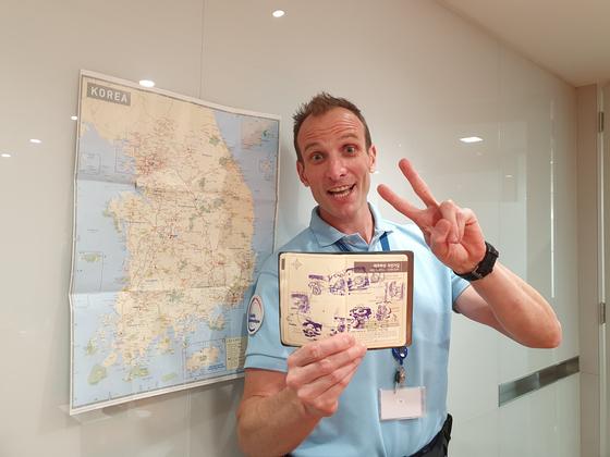 자전거로 갈 수 있는 한국 땅은 다 가고 싶다는 니콜라 르코르 주한프랑스대사관 안보 담당관. 각종 인증 구간을 완주한 뒤 찍은 스탬프가 뺴곡한 '자전거 여권'을 내보이며 'V'자를 선보이고 있다. 전수진 기자