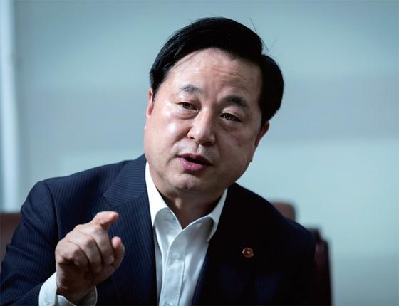 """김두관 더불어민주당 의원이 월간중앙 인터뷰에서 차기 대선 출마 의사를 밝히고 있다. 그는 """"내가 민주당 후보가 되면 야권에서 가장 두려워하는 상대가 될 것""""이라고 강조했다."""