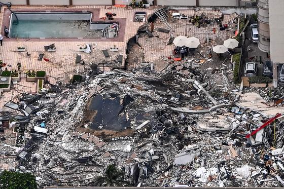 미국 플로리다주 마이애미 해변의 고급 아파트가 24일 오전 1시께 무너졌다. [AFP=연합뉴스]