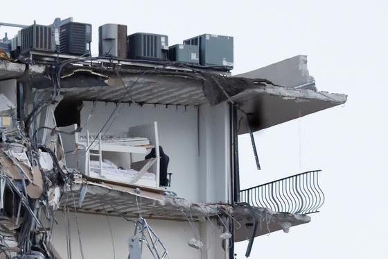 미국 플로리다주 마이애미 해변의 고급 아파트가 24일 오전 1시께 무너졌다. 건물에 남아있는 이층 침대가 보인다. [로이터=연합뉴스]