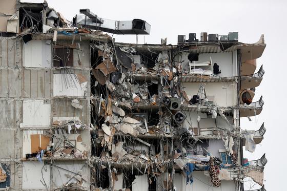 24일(현지시간) 새벽 미국 플로리다주 마이애미데이드카운티 서프사이드에 있는 아파트 일부가 붕괴했다. [로이터=연합뉴스]