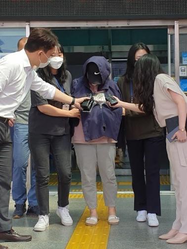 경남 남해에서 중학생 의붓딸을 폭행해 숨지게 한 계모가 25일 창원지방법원 진주지원에서 영장실질심사를 받기 위해 진주경찰서를 빠져 나가고 있다. 뉴스1