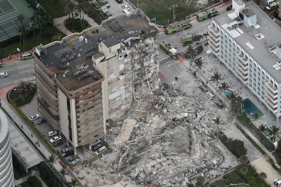 24일(현지시간) 오전 2시 미국 플로리다주 마이애미-데이드 카운티의 서프 사이드에 있는 12층 짜리 콘도형 아파트 일부가 붕괴됐다. [AP=연합뉴스]