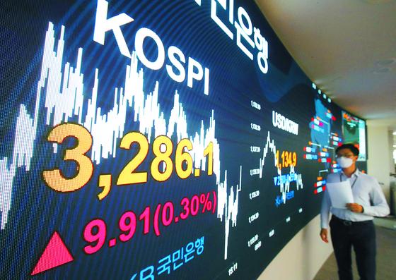 24일 서울 여의도 국민은행 딜링룸에 코스피 지수가 표시되고 있다. 이날 코스피는 전날보다 9.91포인트(0.30%) 오른 3,286.10에 마감, 지난 16일 세웠던 종가 기준 사상 최고치(3,278.68)를 8일만에 경신했다. 우상조 기자