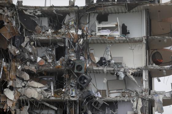미국 플로리다주 마이애미 해변의 고급 아파트가 24일 오전 1시께 무너졌다. 건물에 남아있는 이층 침대와 선풍기 등 세간살이가 보인다. [로이터=연합뉴스]