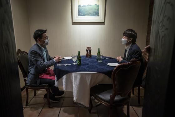 국민의힘 이준석 대표(오른쪽)가 25일 오후 서울 중구의 한 식당에서 황교안 전 대표와 만찬회동을 가지고 있다. 연합뉴스