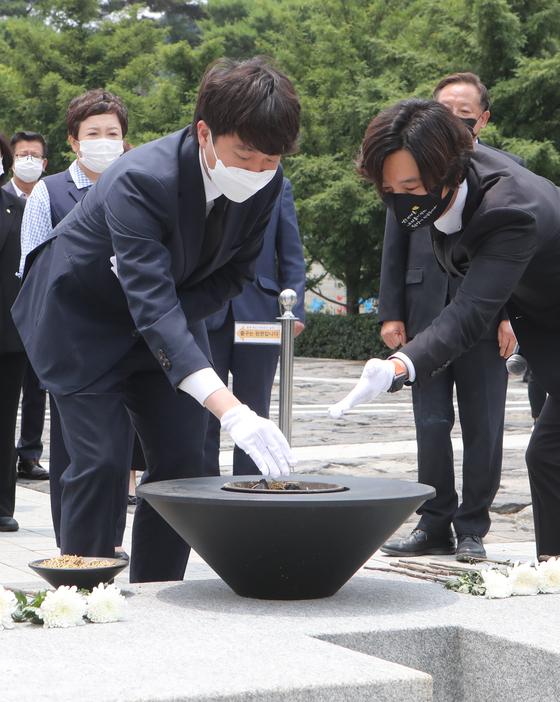 이준석 국민의 힘 대표가 25일 경남 김해시 봉하마을 방문해, 노무현 전 대통령 묘소를 참배했다. 송봉근 기자