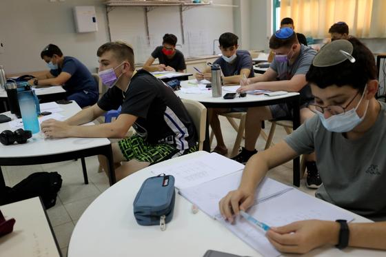 24일 이스라엘 고등학교 수업 장면이다. 학생들이 마스크를 착용하고 있다. 신화=연합뉴스