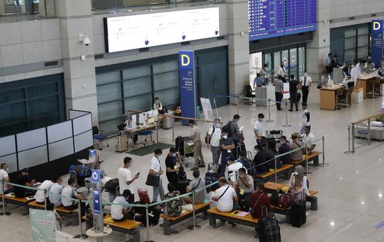 코로나19 델타 변이 바이러스와 전파력이 더 강한 델타 플러스 변이가 전세계 빠른 속도로 확산하고 있는 가운데 25일 인천국제공항 제1여객터미널에 해외 입국자들이 이동을 위해 대기하고 있다. 뉴스1